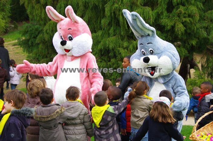 Pâques 2018 – Réservez vos locations de mascottes lapins, poules et poussins.